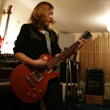 A vocalista da banda Sleater-Kinney prepara seu álbum solo. Foto: Megan Holmes.