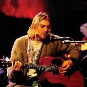 Kurt, na gravação do Acústico Mtv, vestindo seu cardigã que será exibido para os fãs