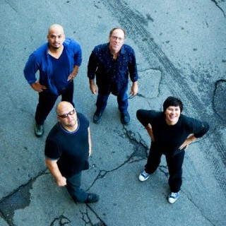O Pixies lança seu site e ainda disponibiliza para download o em Coachella - 2004