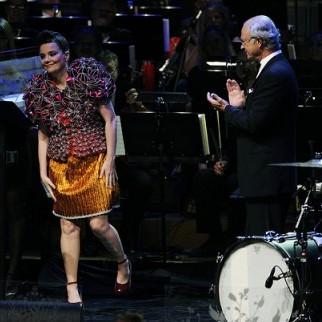 Björk é ovacionada pelo rei sueco Carl XVI Gustaf | Foto: Karin Törnblom