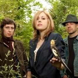 Corin ao lado dos novos membros de sua banda, Sara Lund (bateria) e Seth Lorinczi (baixo).