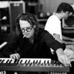A Jay Bennett Foundations disponibilizou duas músicas para download a partir de hoje