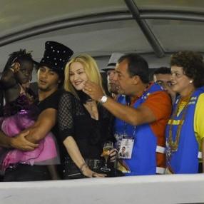 Madonna se diverte no camarote do governador ao lado de Jesus e sua filha adotiva