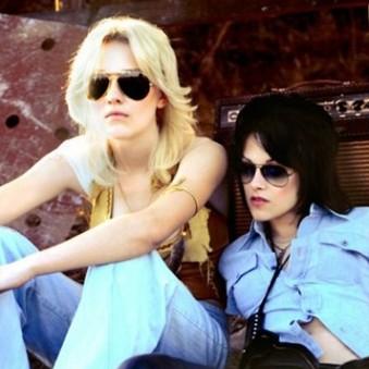 Dakota Fanning e Kristen Stewart no filme que conta a história da banda The Runaways.