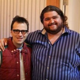 Ator de Lost, Jorge Garcia, ao lado do guitarrista e vocalista do Weezer, Rivers Cuomo.